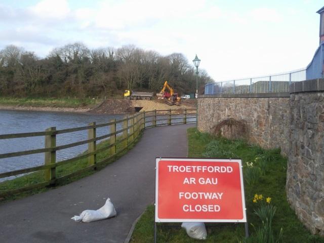 Riverside path anda  sign: Troetffordd ar gau / footway closed
