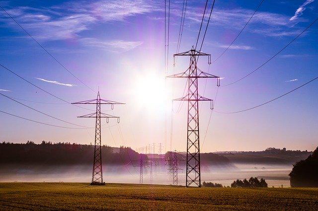 Sähkönsiirto tapahtuu voimalinjojen avulla.