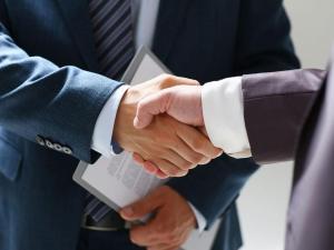 customer-shaking-hand