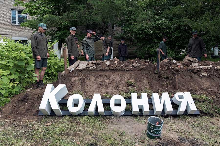 The construction of the memorial from the series Boys by Tatiana Bondareva