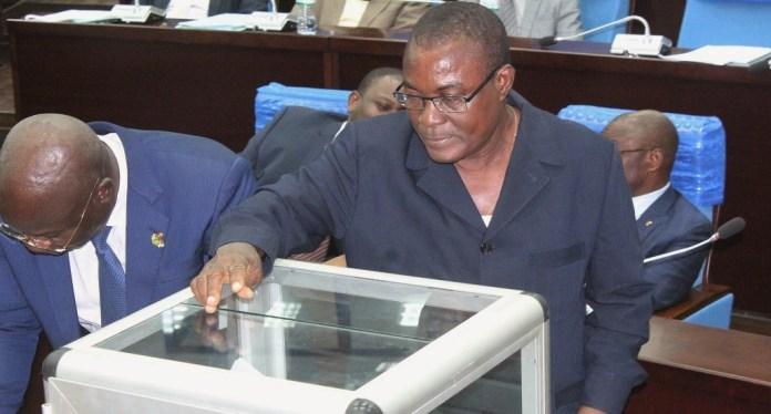 Le député exprimant son vote pour la réforme constitutionnelle. Togo ce 8 mai 2019 © Alphonse Logo/HA