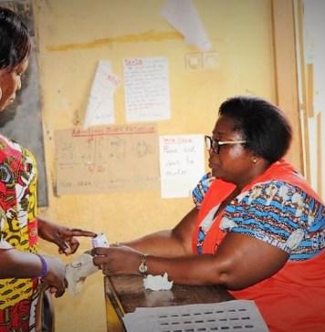 Une électrice au bureau de vote en train d'accomplir son devoir citoyen ce dimanche 30 juin 2019 lors du scrutin municipal et local. © Alphonse Logo / HA