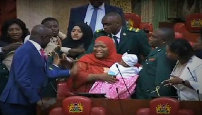 La députée Zulekha Hassan escortée du parlement pour y avoir amenée son bébé de cinq mois © Citizen TV