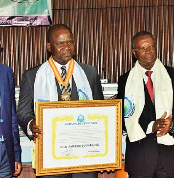 Le président Amadou Soumahoro entouré des présidents de la Fédération pour la paix universelle et de l'Association internationale des parlementaires pour la paix avec en main, son tableau distinctif © AN / HA