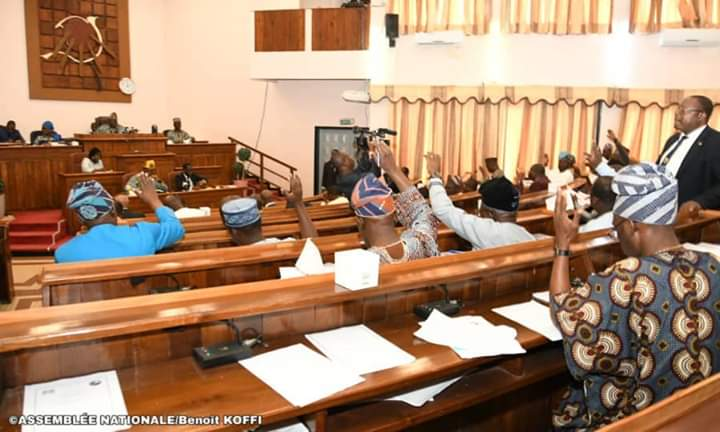 Des députés béninois lors de l'adoption de la loi portant charte des partis politiques ce jeudi 7 novembre 2019 au Palais des gouverneurs à Porto-Novo © AN / HA