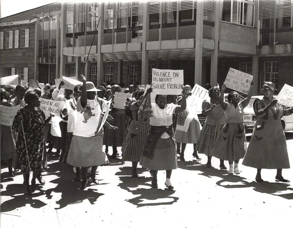 Des femmes sud-africains dans les rues pour exiger plus de représentativité et surtout le respect de leurs droits en 1956 © Wikipédia