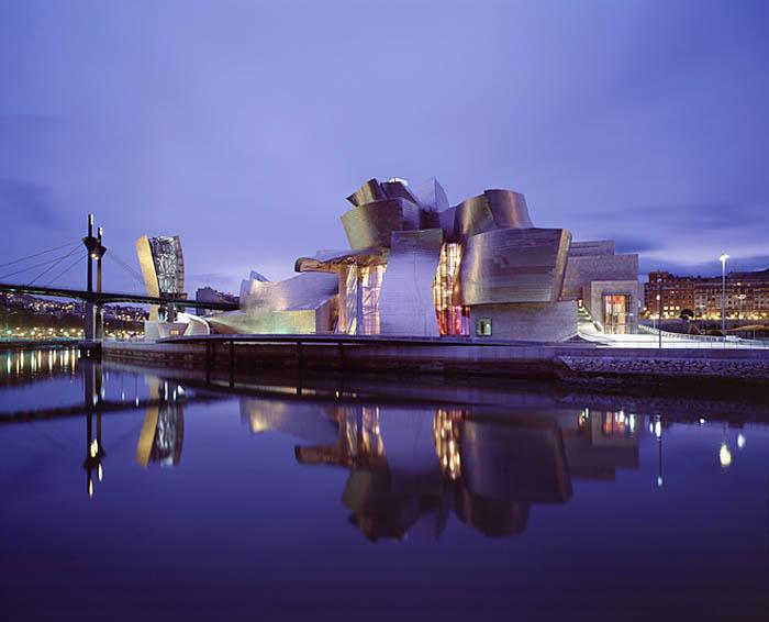 Himmel möter vatten och vacker arkitektur