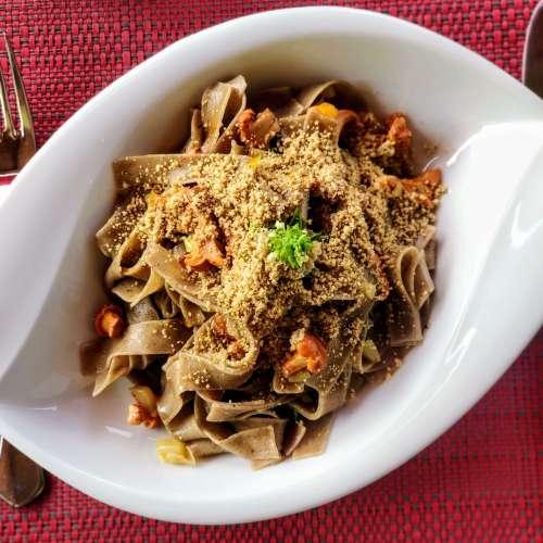 Hanfpasta mit Pfifferlingen und Hanf Parmesan