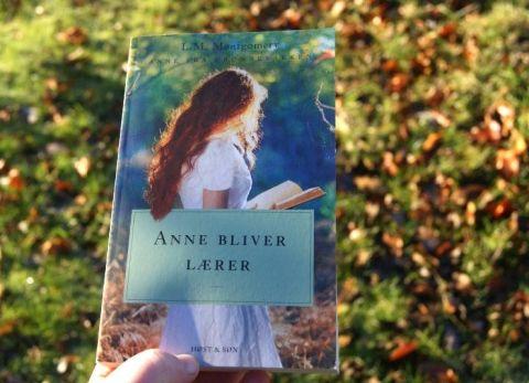 """""""Anne bliver lærer"""" af L.M. Montgomery - Anne fra Grønnebakken - Bogfinken bogblog"""