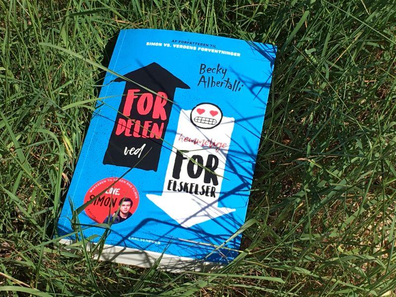 Fordelen ved hemmelige forelskelser af Becky Albertalli - Bogfinkens bogblog