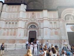 Keramaian di depan Basilica San Petronio
