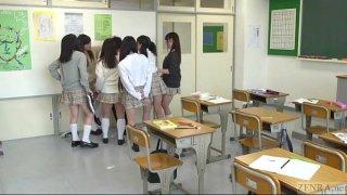 แก๊งนักเรียนหญิงจับนักเรียนชายรุมเย็ดในห้องเรียน