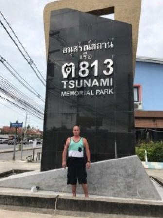 Tsunamin muistomerkki siinä kohtaa mihin poliisivene ajautui rannalta yi kaksi kilometriä!