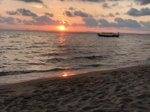 Upea auringonlasku Otres rannalla