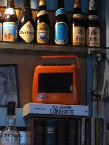 Bogen 'Den danske lokkedue' står blandt øl-udvalget på Bartof