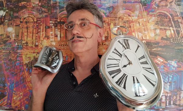 Slow Art - O Que É Bom Leva Tempo O Artista Henrique Vieira Filho homenageia Salvador Dali, tendo ao fundo a sua obra Polimetropolis