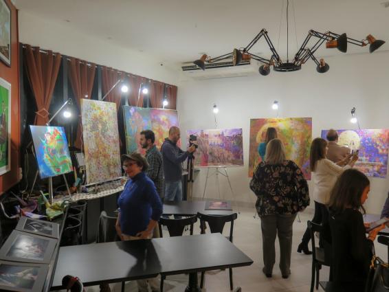 P?blico do Workshop de Henrique Vieira Filho selecionando dentre suas obras por crit?rios emocionais e, at? mesmo, aleat?rios, como o sorteio