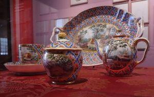 """Manufacture royale de porcelaine (fondée à Vincennes en 1740 et transférée à Sèvres en 1756), Déjeuner """"Hébert"""". Sèvres, Cité de la céramique. Photographie personnelle."""