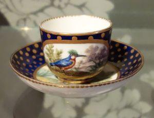 Manufacture royale de porcelaine, Tasse mignonette et soucoupe, 1767. Porcelaine dure. Photographie personnelle.