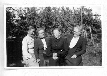 Asta og Ingeborg sammen med fru jensen og fru Madsen - Aarby