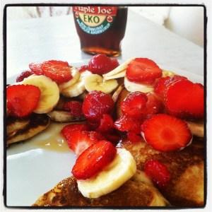 amerikanska pannkakor med jordgubbar, banan och lönnsirap