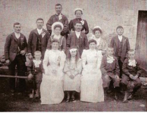 dernier rang Marguerite TABUTEAU (grand-mère paternelle de mon père) avec son époux Louis FOUGERE et leur douze enfants en 1908 (collection privée)