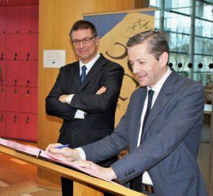 Signature d'une convention entre le Cercle Généalogique Poitevin et le Conseil départemental de la Vienne pour la numérisation d'actes notariés.