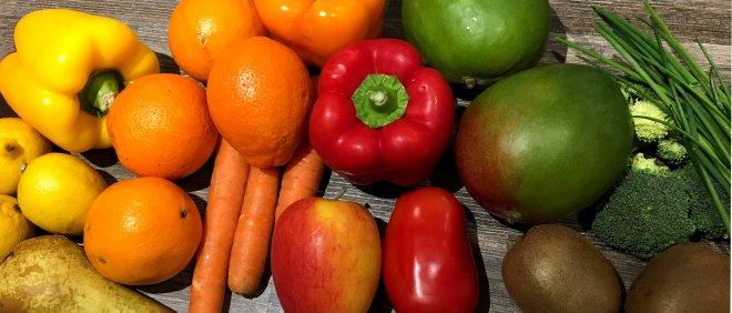 Obst in Regenbogen Farben arrangiert
