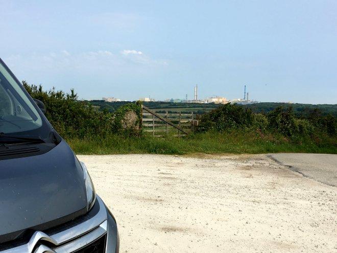 Atommüllaufbereitungsanlage im Hintergrund