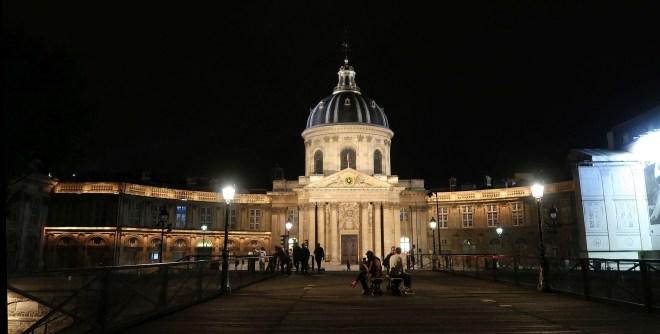 Louvre Fußgängerbrücke im Dunkeln