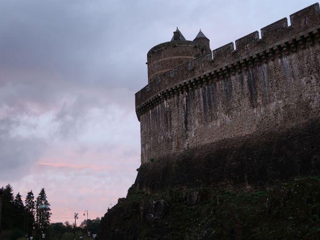 Stadtmauer in Fougeres bei Sonnenuntergang
