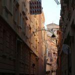 Straßenschlucht in der Altstadt von Monte Carlo mit Wappen