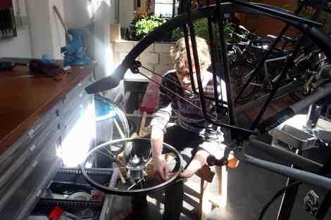 Ruud leert me een wiel te spaken
