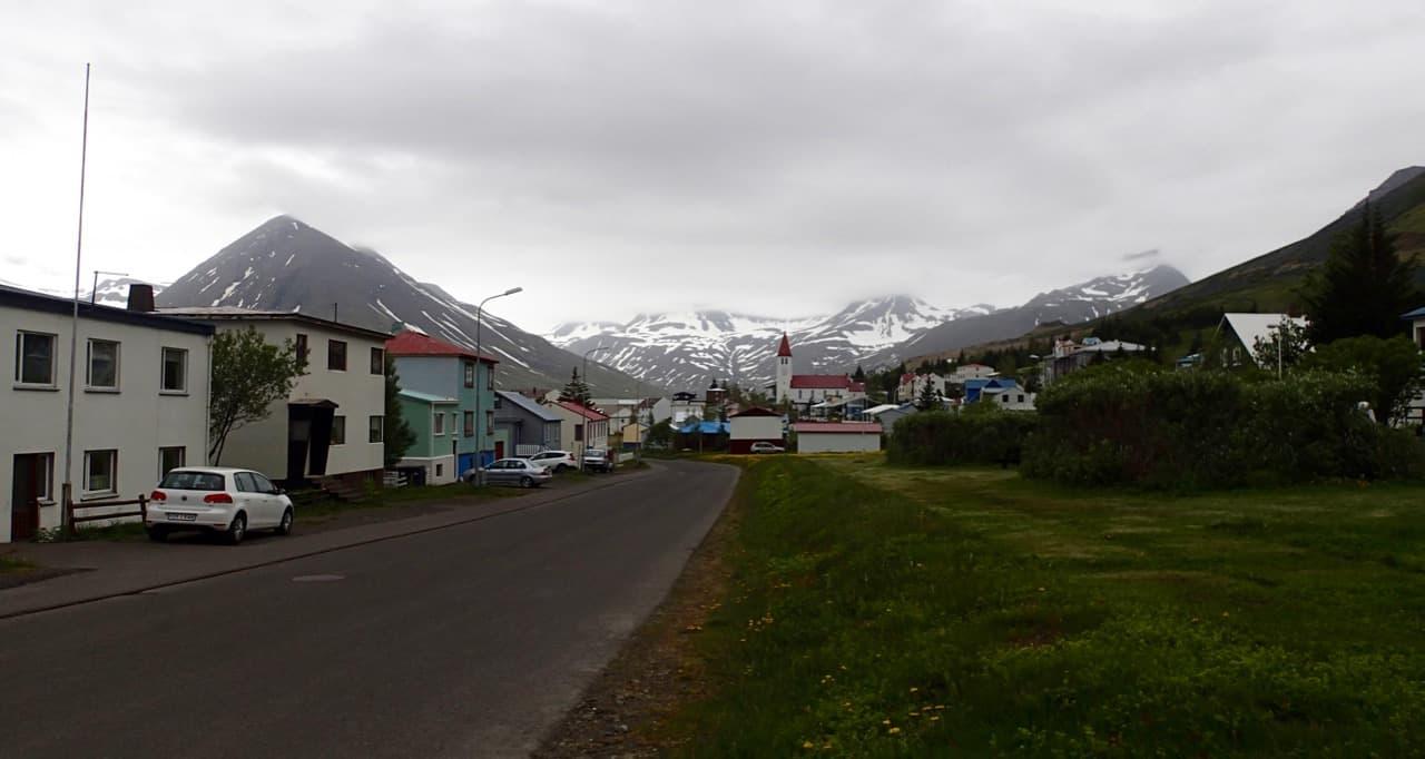 Na de fjorden zie ik eindelijk wat echt IJslandse dorpen