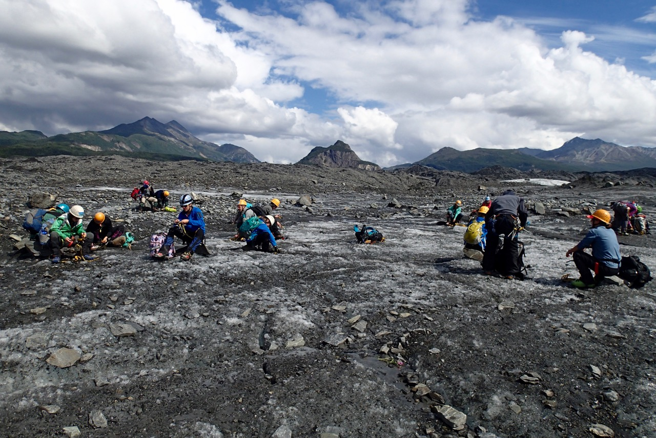 Een groep die het ietwat serieuzer neemt en zich klaarmaakt voor een klim