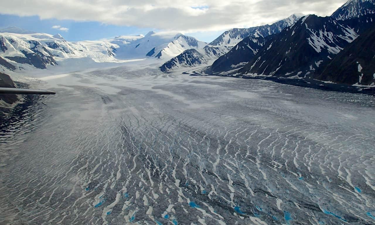 De gletsjer vanuit het vliegtuigje