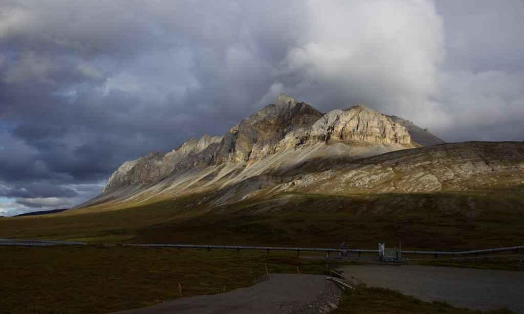 Een paar prachtige bergen flankeren de weg