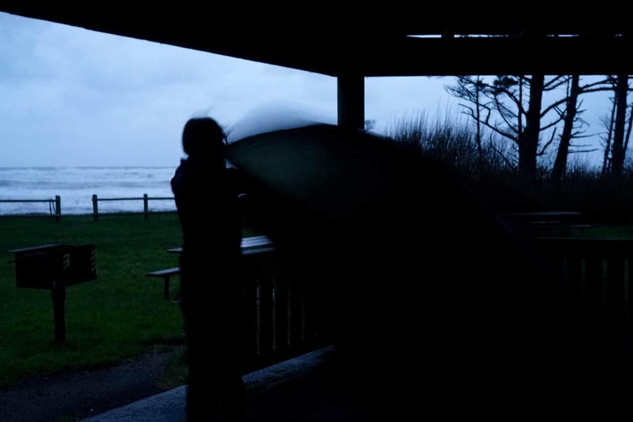 Tent opzetten tijdens de schemer op de eerst avond aan de kust