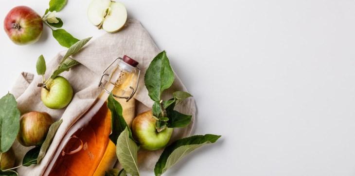 apple cider vinegar and fresh apples