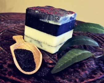 Black lava-charcoal bar: an exfoliating and detoxifying soap with anti-bacterial properties which is good for acneic skin