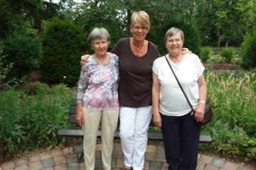 Bruni Windmann in der Mitte und zwei ehrenamtliche Mitarbeiterinnen im Park