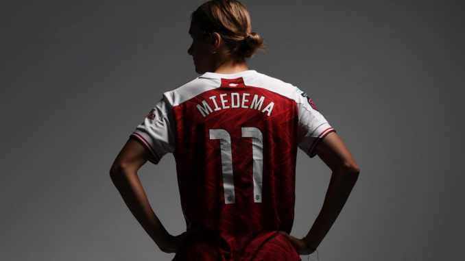 Vivianne Miedema posing with her back to the camera during the Arsenal Women's Photocall.