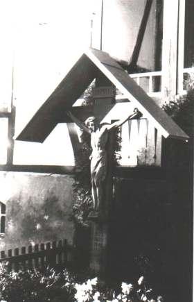 Bild 5: Missionskreuz vor dem Treppenaufgang zur Vikarie