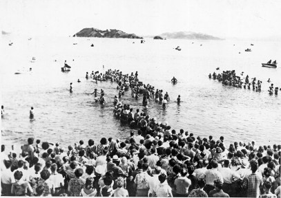 A crowd of spectators in the water at Petone Beach for the Somes Island swim, c1960s (http://bit.ly/2BIY7Tq)