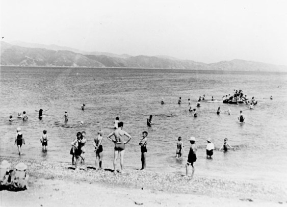 A school swimming session at Petone Beach, c1930s (http://bit.ly/2BGy7Ie)