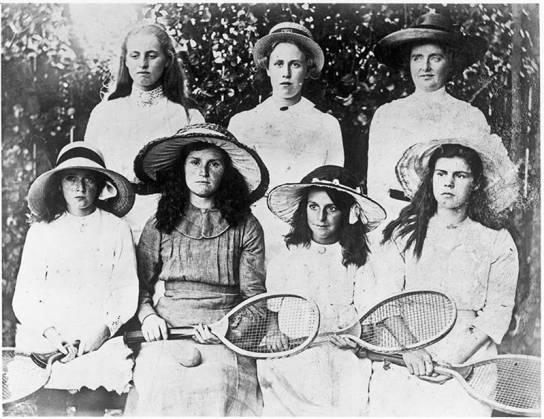 Petone Ladies Tennis Group, 1918 (http://bit.ly/2BAer6c)