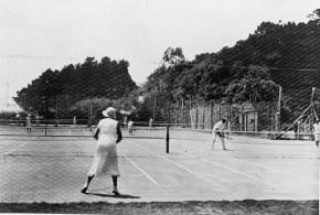 Hutt Park Motor Camp tennis courts, 1940 (http://bit.ly/2yUWZq1)