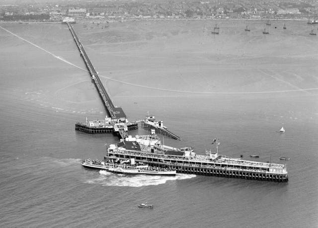 The Royal Eagle Paddle Steamer moors up at Southend Pier, August 1939 © Historic England