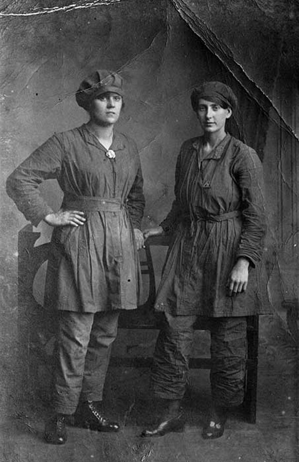 Two female workers at Royal Gunpowder Factory, Waltham Abbey, Essex (BB94/08006)