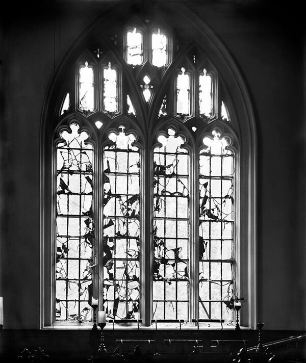 Zeppelin raid damage to the window of the chapel at Lincoln's Inn, City of London. 1915 (DD55_00003)